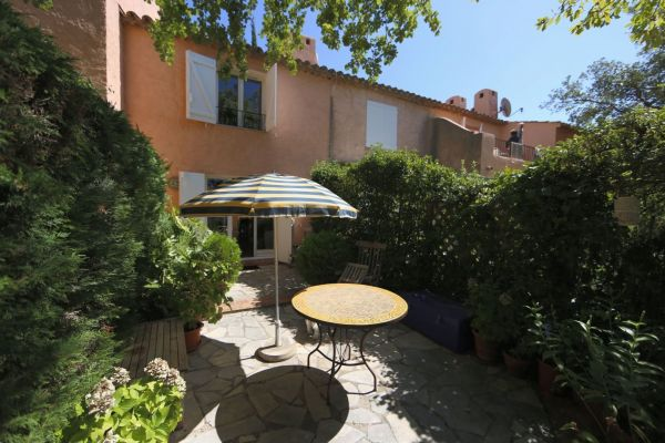 For sale house, villa Grimaud - Charming house with garden overlooking vineyards in residence with pool in Grimaud